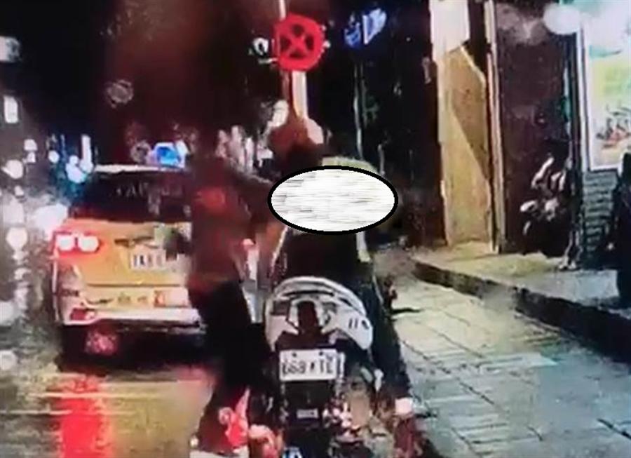 王嫌13日晚間先和妻子前往賣場購物,11時許因消夜問題與妻子在車內爭吵,王嫌頓時情緒失控,突然持生魚片刀下車後朝林男背部猛刺1刀。(翻攝照片)
