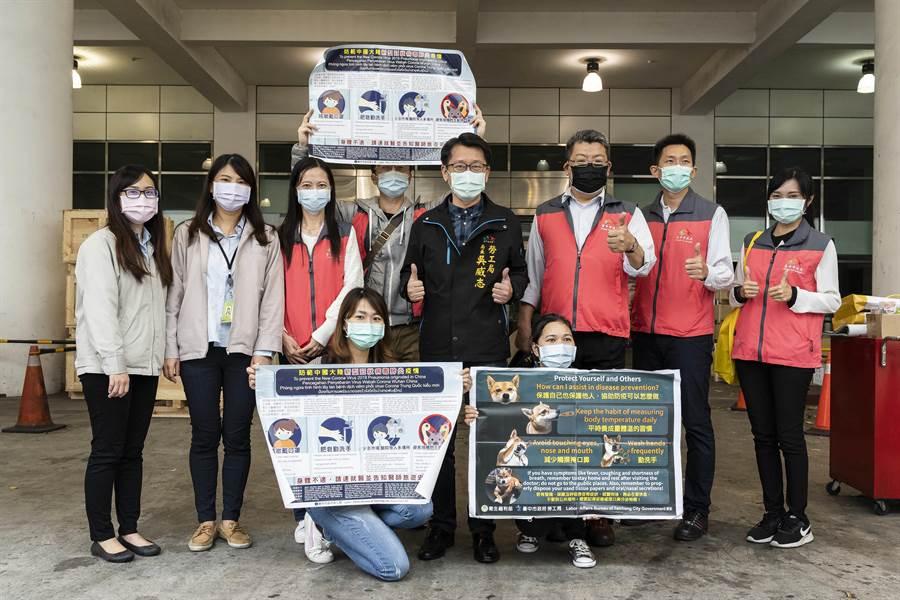 台中市勞工局長吳威志率隊前往「口罩國家隊」成員之一,上銀科技訪視宣導相關防疫措施,並關懷在台工作移工的健康狀況。(台中市府提供/盧金足台中傳真)