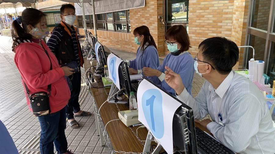 圖為台南柳營奇美醫院始實施刷健保卡進入的管制方法。(資料照片 莊曜聰攝)