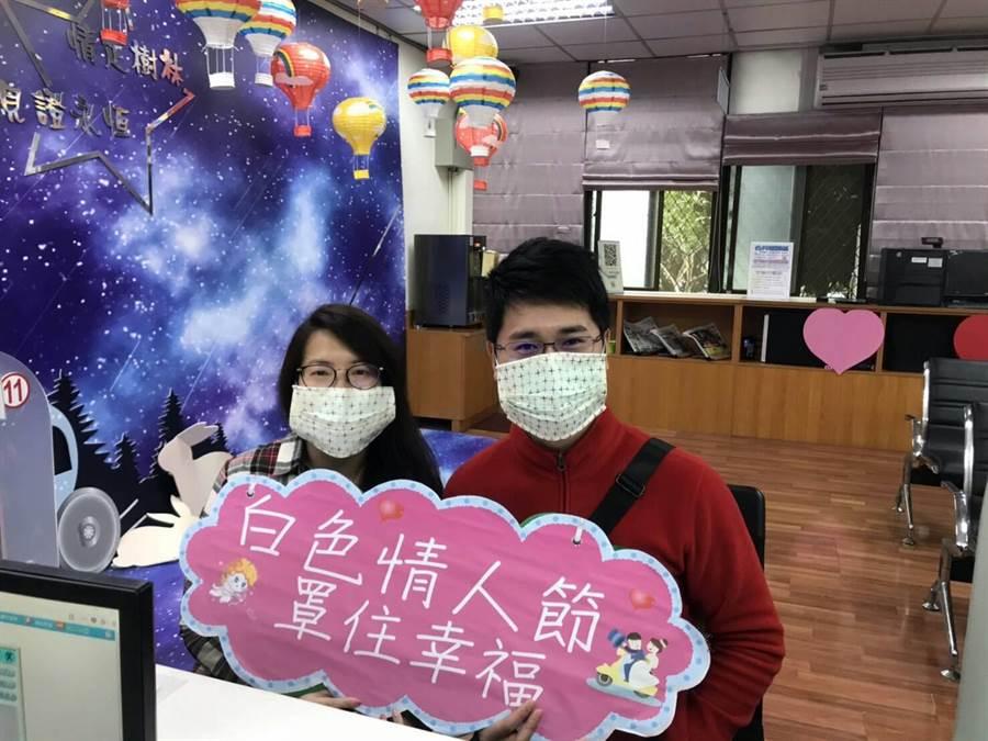 樹林戶所搭配疫情時事,贈送新人最熱門的防疫物品口罩套。(吳亮賢攝)