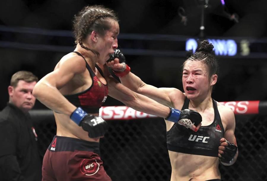 UFC草量級拳王張偉麗(右)出拳重擊挑戰者面部。(美聯社資料照/las vegas sun via ap)