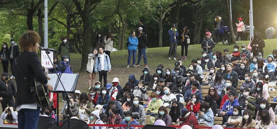 2020台北杜鵑花季在白色情人節14日開跑,邀請民眾趁著假日來欣賞杜鵑花之美,不過受到新冠肺炎疫情影響,許多民眾戴著口罩到大安森林公園來參加音樂會。(張鎧乙攝)