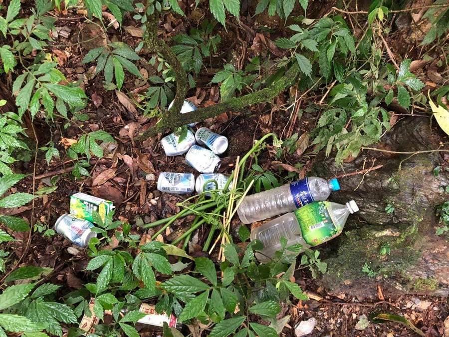 深山特遣隊不只要抓山老鼠,還要打掃山老鼠留下的垃圾。(翻攝照片/楊漢聲台東傳真)