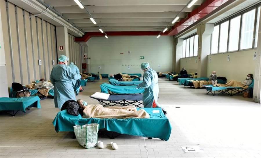 義大利新冠肺炎確診的國家已逾1.2萬例,當地醫療系統正崩潰中。有義大利男子泣訴,父母高燒8天困家中,最後同日過世。圖為示意照片(路透)