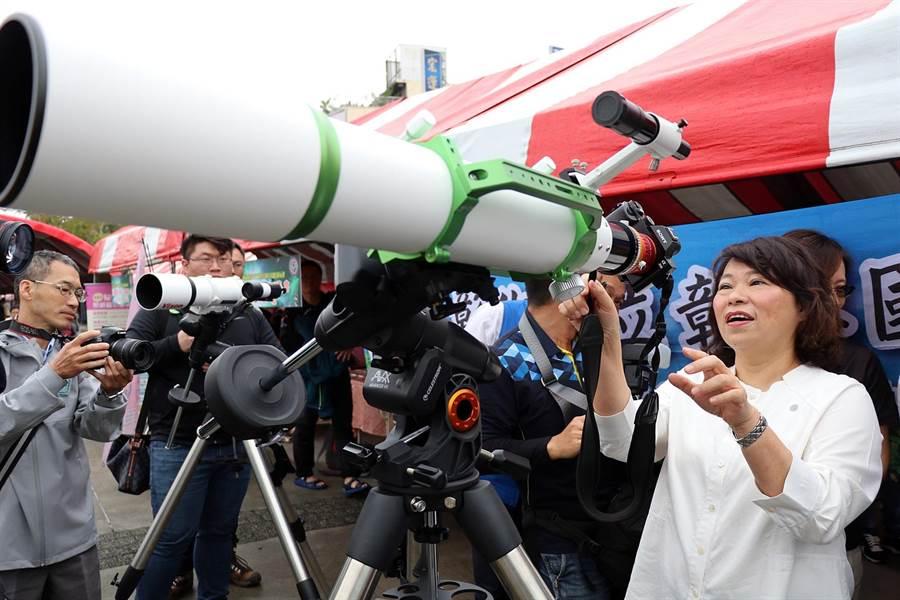 嘉義市長黃敏惠體驗用望遠鏡觀看天文現象。(呂妍庭攝)