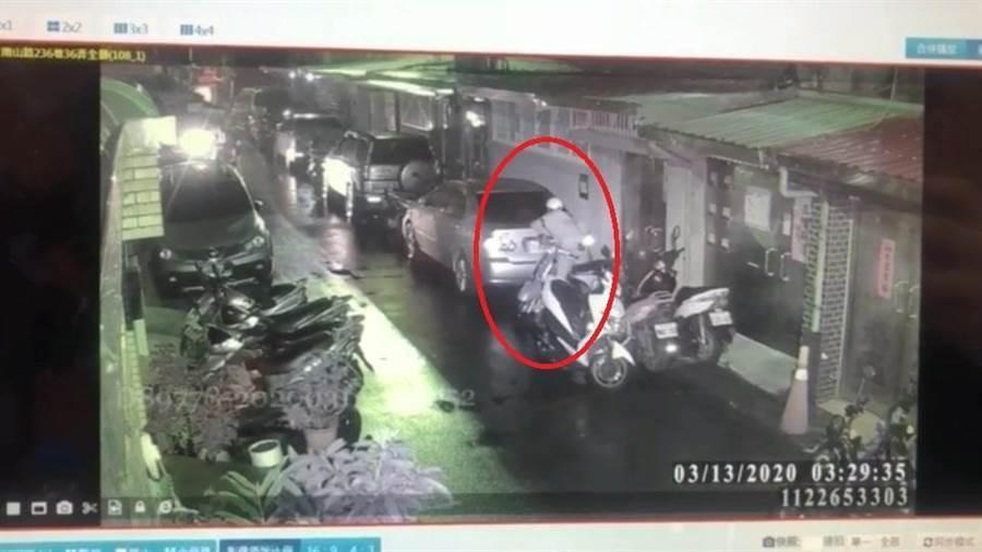 警方調閱監視器發現,嫌犯騎乘失竊機車,16歲陳姓少年槍手早已在現場埋伏約1個多小時,趴在其他車輛車頭等待。(翻攝照片/葉書宏傳真)