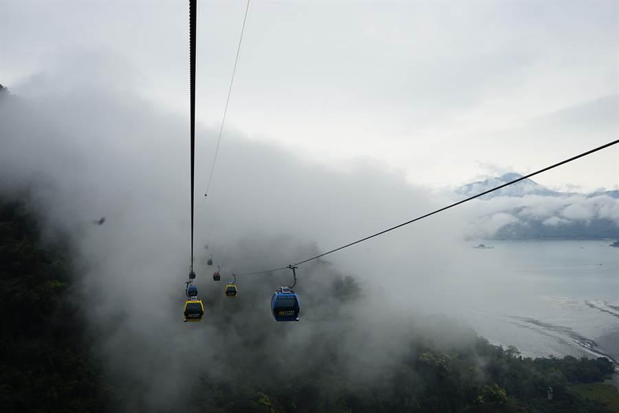 搭乘日月潭纜車穿雲過霧,體驗難得美景。(九族文化村提供/廖志晃南投傳真)