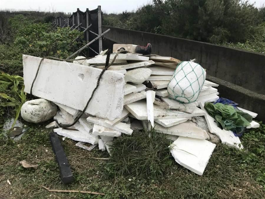 豬鼻子沙灘遭亂丟垃圾,環保局打擊不法汙染。(環保局提供/呂筱蟬桃園傳真)