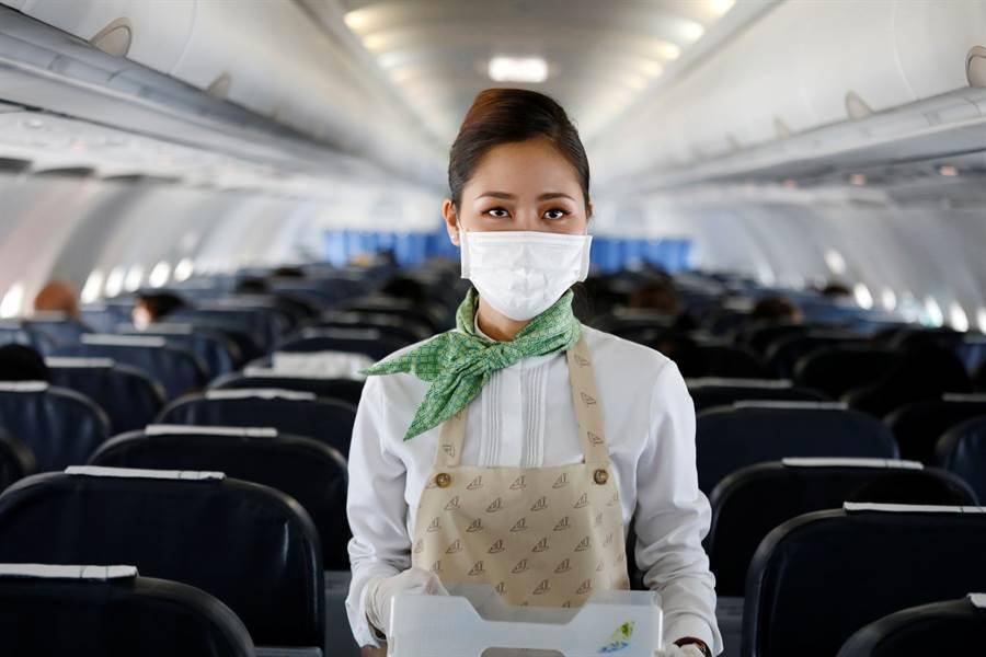 曾為法國殖民地的越南與歐洲互動頻繁,但因為歐洲疫情嚴重,越南已宣布暫停歐洲旅客入境,落地簽證也全部取消。圖為越竹航空的空中小姐執勤時戴上口罩。(圖/路透)