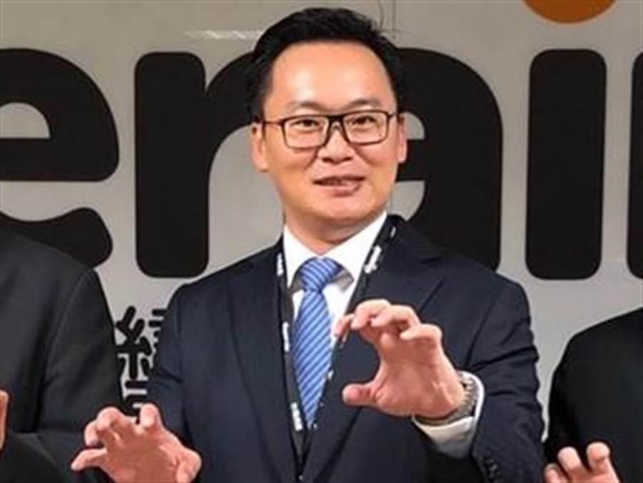 陳漢銘昨日董事會後,比出台灣虎航的招牌虎爪動作。(圖/台虎提供)