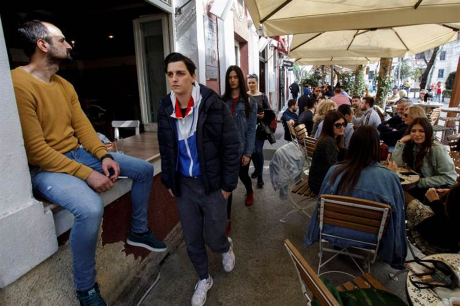歐洲疫情大爆發仍有許多國家民眾沒當回事。圖為巴爾幹半島的蒙特尼格羅首都波德戈里察市街頭,僅管當局要求民眾勿聚集活動,但市民周末還是在街頭咖啡座與朋友享受溫暖陽光,也未著任何防護措施。(圖/路透)