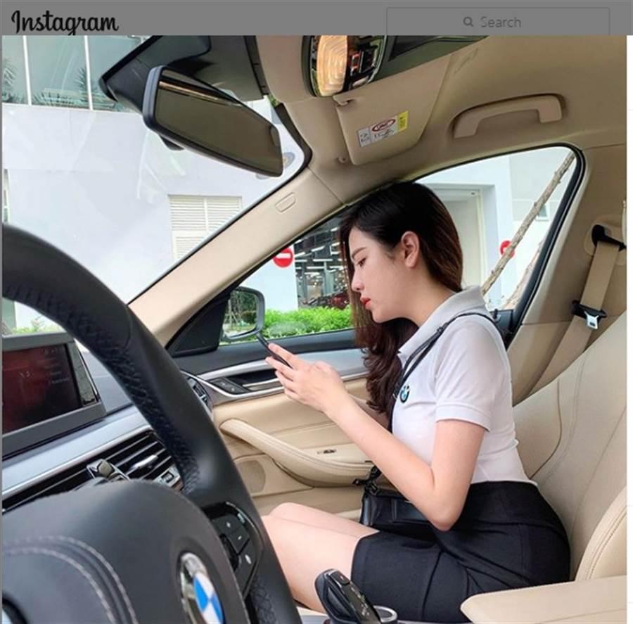Lý Huỳnh Thanh Thảo日前穿著制服短裙陪客人試駕,讓許多網友吵著想換車。(翻攝自Lý Huỳnh Thanh Thảo IG)