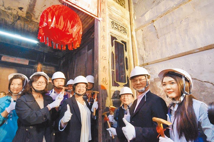 彰化鹿港十宜樓13日開始修復工程,投入4200萬元,預計明年10月完工。(吳敏菁攝)