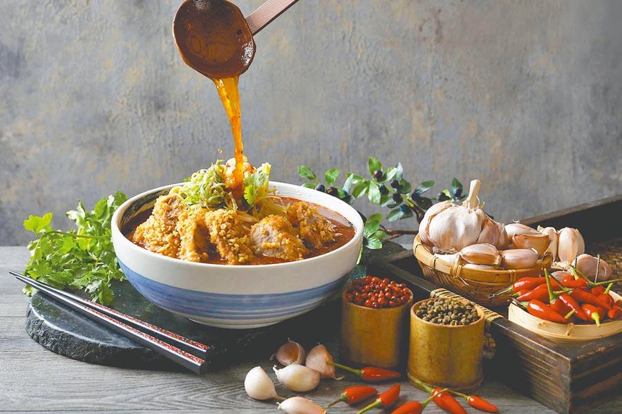 Asia 49亞洲料理及酒廊全新推出的12款商業午餐也適用外帶外送,圖為「炸豬排川味椒麻米線」。 (Asia 49亞洲料理及酒廊提供)
