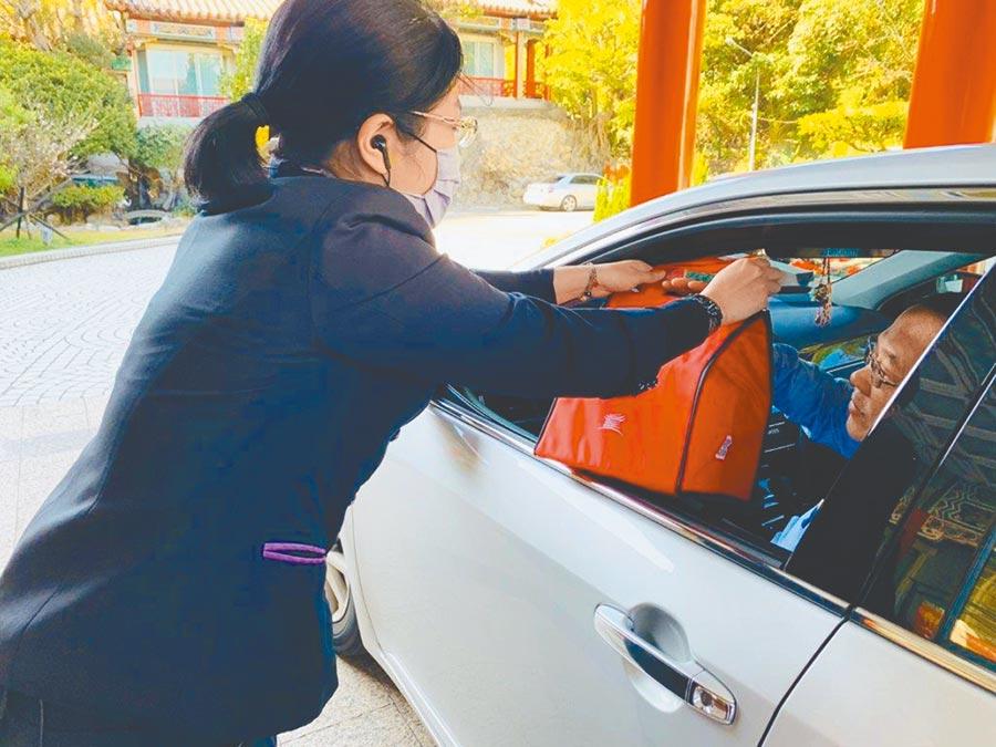 台北圓山大飯店推出由專人將餐點送至賓客車上的「圓山美食速速GO!」活動。(台北圓山大飯店提供)