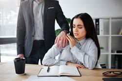 保險經理搭肩女下屬 調戲:老公不行就換一個