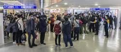 阿聯酋今飛最後一班 旅客等候檢疫審核人潮塞爆