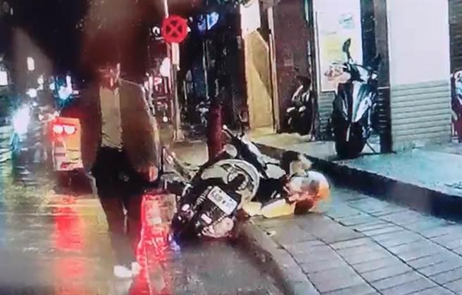 王男行兇後身影。王男自己的行車紀錄器拍下整個行凶過程。(翻攝照片)
