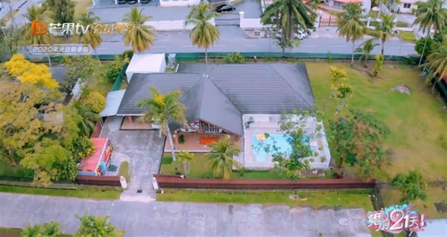 吳尊豪宅曝光,有大草地和私人泳池。(圖/翻攝自微博)