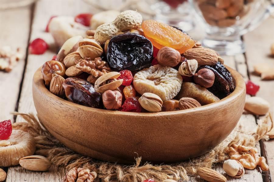 無糖低脂未必健康!慎10大高危食物。用糖漿醃製過的果乾及罐頭水果,維他命和纖維都會被破壞,同時暗藏更多熱量。(示意圖/達志影像)