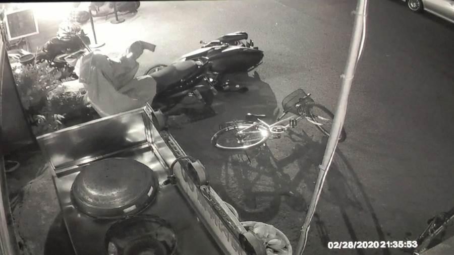 范姓男子日前騎機車至中市南區興大路小吃店用餐,聽到「碰」1聲,衝出店外查看,發現愛車遭撞倒在地上,但是肇事者已經逃逸。(台中市警3分局提供/張妍溱台中傳真)