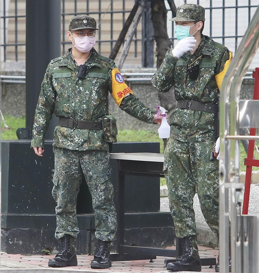 國軍投入人力協助生產口罩,有人擔心恐將影響勤務。(資料照/季志翔攝)