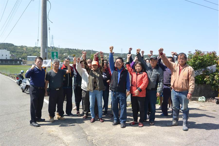 通霄溪伏流水工程爭議不斷,縣府水利處15日下鄉溝通,居民對工程表示強烈反對。(巫靜婷攝)