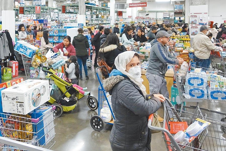 美國疫情快速擴散引起民眾恐慌,當地時間3月13日,紐約皇后區的一家大型超市,民眾排隊搶購物資。(中新社)