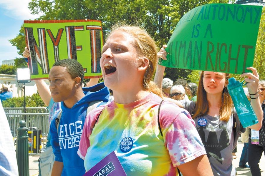 2019年5月21日,數百名抗議者聚集在華盛頓的聯邦最高法院門前,舉起「墮胎是人權」等標語的牌子,抗議多州通過禁止墮胎法令。(中新社)