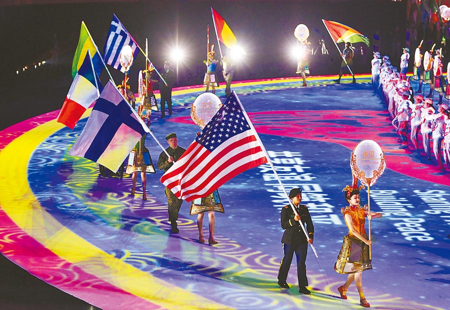 大陸外交部發言人稱可能是美軍把疫情帶到武漢;圖為2019年10月27日世界軍運會閉幕式在武漢舉行,美國等代表團旗手入場。 (新華社)