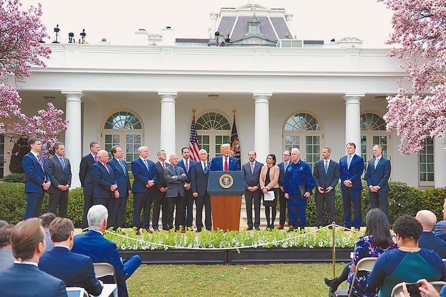 美東時間3月13日,美國總統川普(中)在白宮宣布「國家緊急狀態」,以應對新冠肺炎疫情。(中新社)