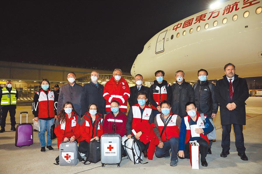 3月12日,由大陸國家衛健委和紅十字會共同組建的抗疫醫療專家組一行9人抵達義大利首都羅馬,並帶去部分中方捐助的醫療物資。(新華社)