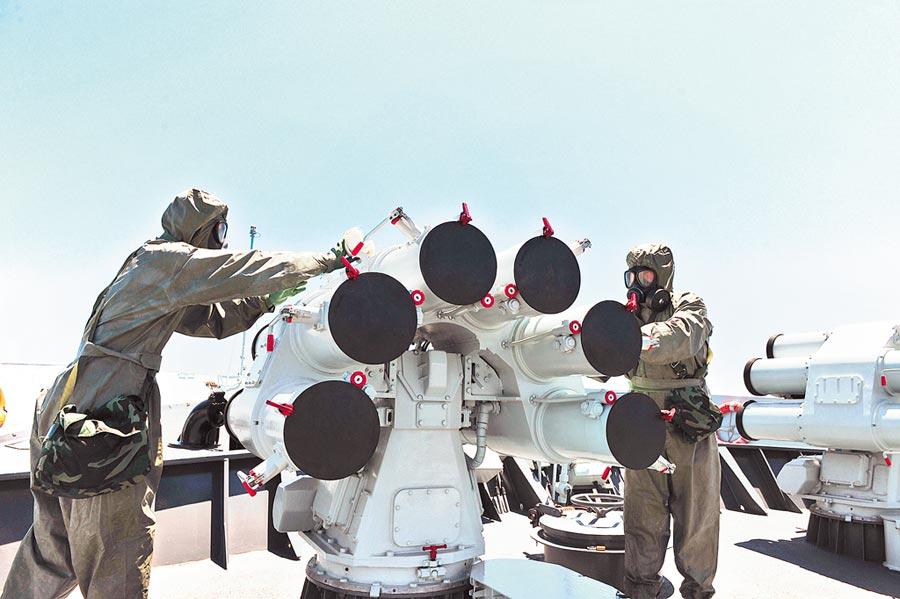 生物襲擊威脅全球,各國致力相關準備,圖為中俄海上聯合-2015,官兵在防核生化武器演練中進行洗消作業。(新華社資料照片)