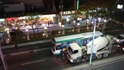 水泥車槓公車 佔據馬路亮鐵棒嗆聲