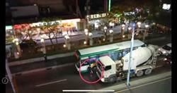 不滿公車切換車道 水泥車司機怒持球棒揮舞恐嚇