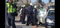申辦門號糾紛抗議徐旭東 夫妻總統府前揮鐮刀抗議遭憲兵壓制