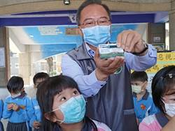 民雄鄉長自購額溫片 讓學生隨時檢測體溫