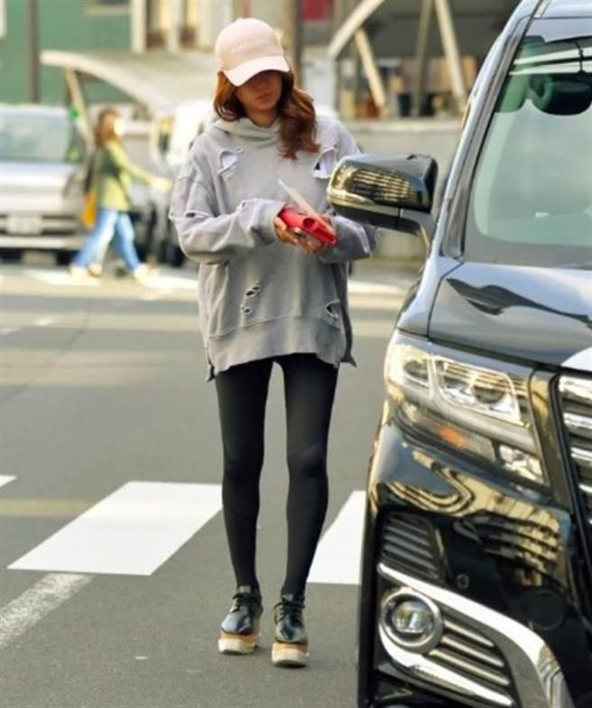 深田恭子被雜誌捕捉到她瘦成「筷子腿」。(圖/摘自《Friday》)