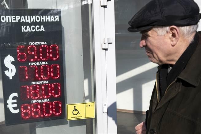 沙烏地以每桶最低25美元的價格向市場大量供應原油,特別是瞄準歐洲和亞洲使用俄羅斯原油的大型煉油廠,升高對俄羅斯的搶市大戰。圖/美聯社