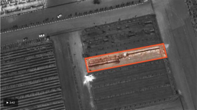美媒華盛頓郵報刊出從太空可見的伊朗大型墓場照片,聲稱圈起處為近期挖掘的壕溝。(圖/環球時報)