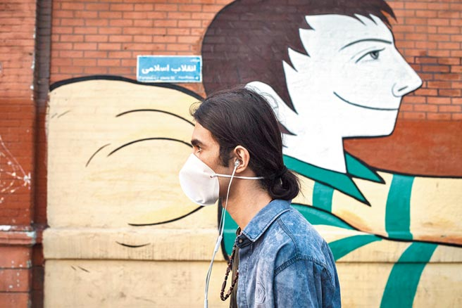 3月12日,伊朗首都德黑蘭,行人戴口罩出行。(新華社)