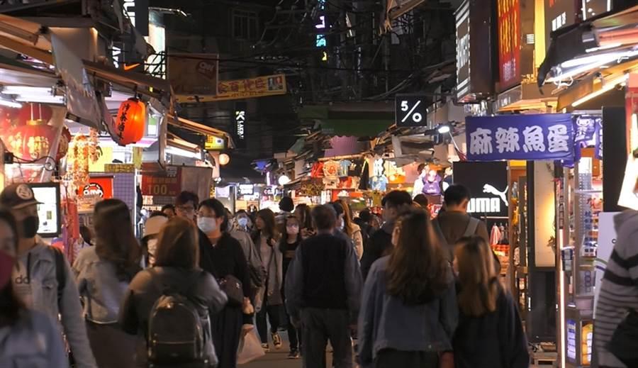 士林夜市逛街人潮明顯少一半。(照片/游定剛 拍攝)
