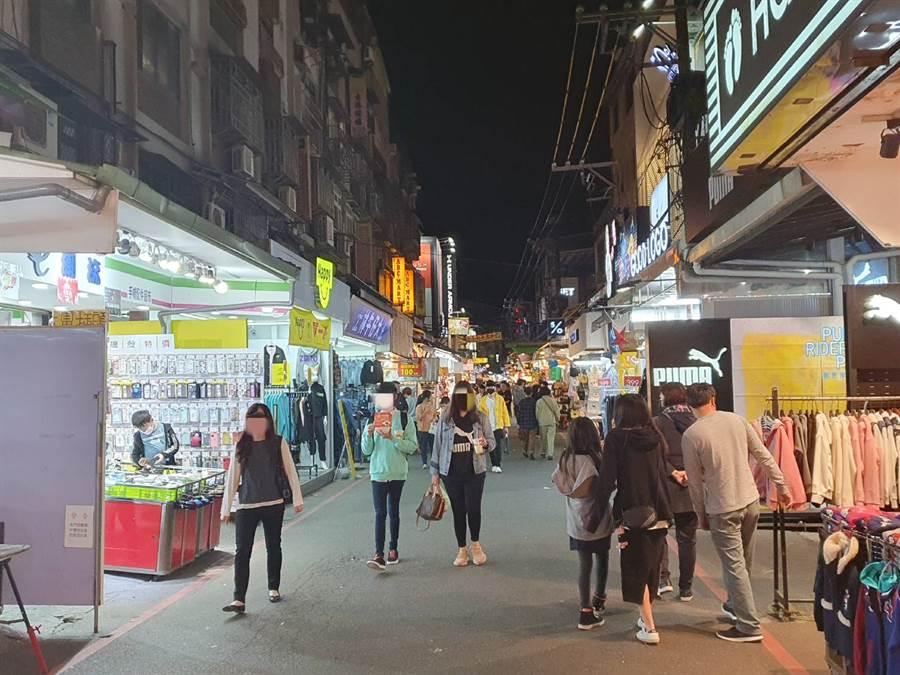 疫情爆發後,士林夜市假日逛街人潮稀稀落落。(照片/游定剛 拍攝)