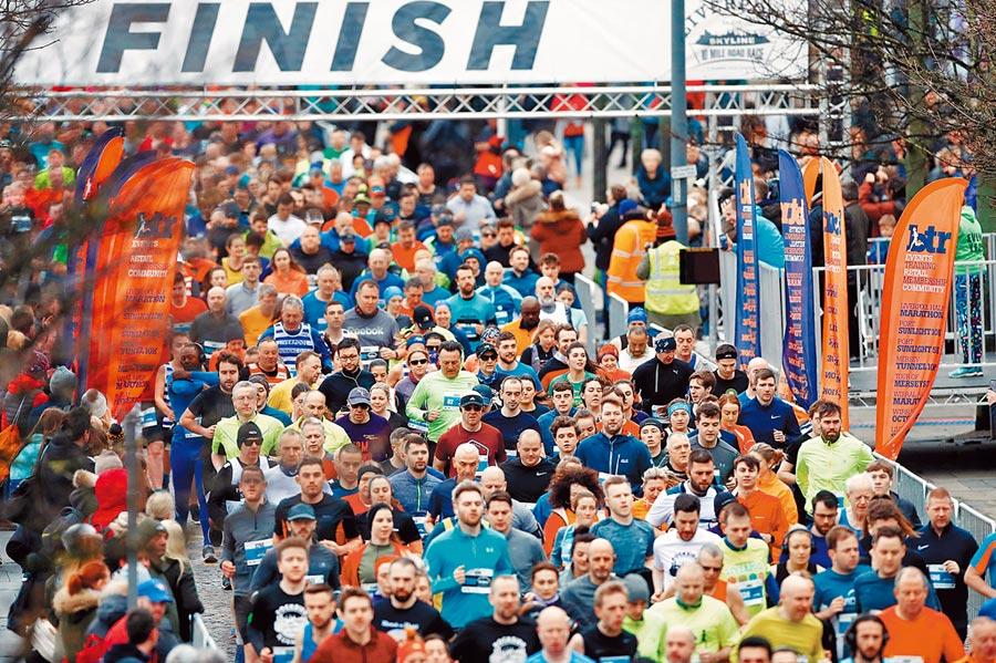 儘管新冠肺炎疫情嚴峻,英國利物浦半程馬拉松15日仍照常登場。(路透)