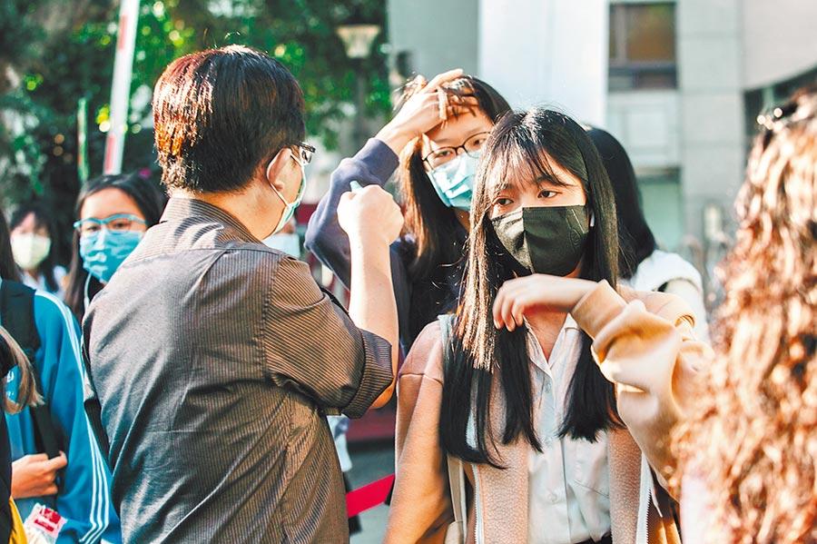 新冠肺炎疫情延燒,各校從開學後,天天量體溫,就是要守住防疫的每一道防線。圖為校園防疫示意圖。(本報資料照片)