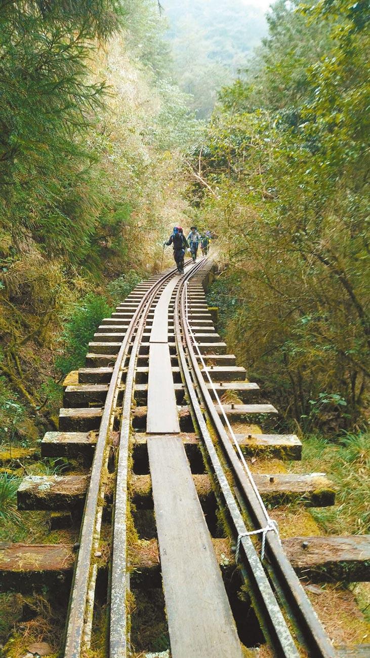 阿里山森林鐵路眠月線於921地震時嚴重崩毀,2009年又遇到88風災,封閉停駛至今已21年。(嘉義縣消防局提供/呂妍庭嘉義傳真)