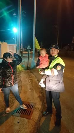 2歲童寒夜迷途說不出話 警員急中生智比手畫腳尋獲母