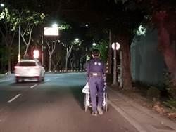 老翁思妻寒夜無力推輪椅 暖警貼心推回家