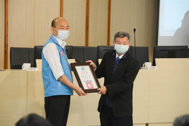 高雄市長韓國瑜聘前衛生署長楊志良擔任高市府防疫總顧問。(林宏聰攝)