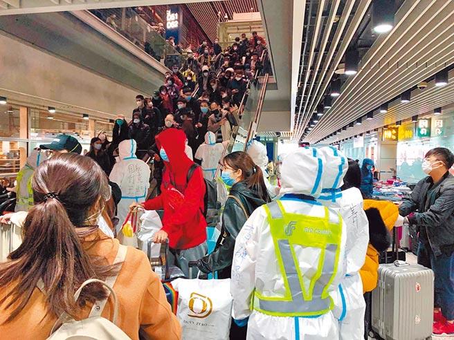 北京機場防疫全面升級,圖為15日晚間因量體溫等措施,造成旅客在出口處擁堵。(王先生提供,陳君碩北京傳真)